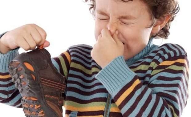 7 خطوات سهلة للتخلص من رائحة الحذاء الكريهة