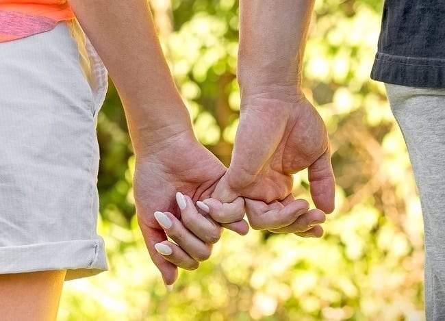 طريقة إمساك يد شريك الحياة تكشف أسرار العلاقة