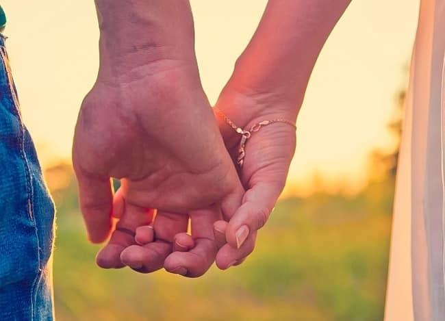 طريقة الإمساك بيد شريكك تعبر عن الكثير من طبيعة العلاقة بينكما