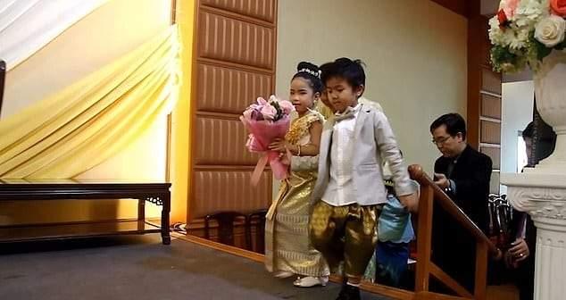 فقط في تايلاند.. زفاف بين توأم في السادسة لحمايتهما من سوء الطالع!