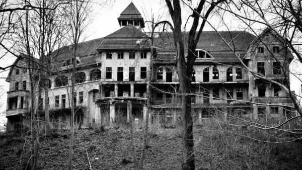 قصر كونجيلير المنزل الذي بناه الجحيم وأكثر الأماكن المسكونة على كوكب الأرض
