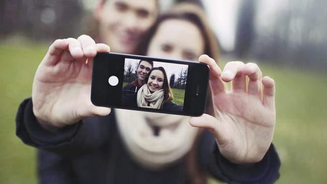 احذر.. نشر تفاصيل العلاقة العاطفية أو الزوجية عبر مواقع التواصل الاجتماعي مؤشر خطير!