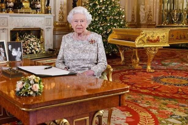 هل ألقت ملكة بريطانيا كلمتها وهي تجلس أمام بيانو صدام حسين المسروق؟