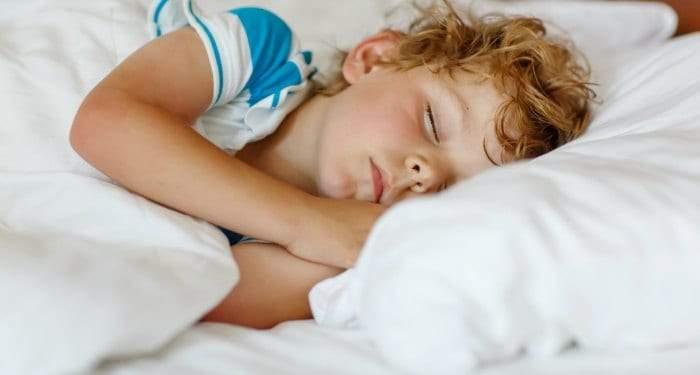 إغلاق باب غرفة الطفل عند النوم.. خطر أم حماية؟