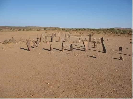 هياكل حجرية غامضة في الصحراء الغربية
