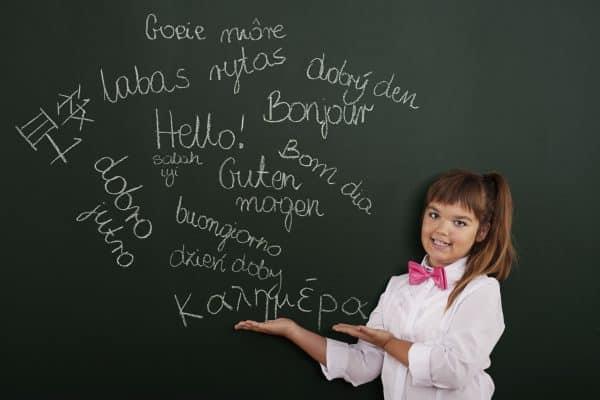 العمر الأمثل لتعليم الطفل لغة ثانية