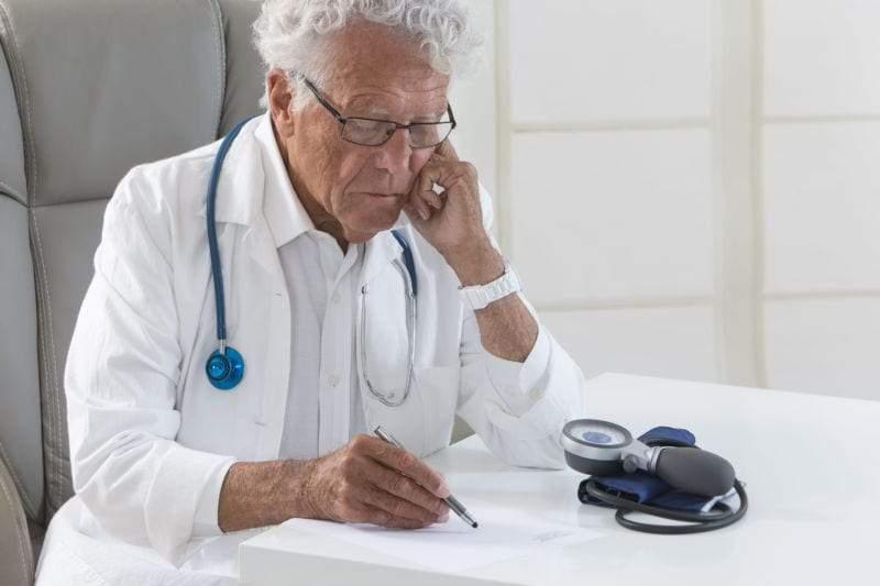 العلاقة المذهلة بين عمر الطبيب وعمر المريض