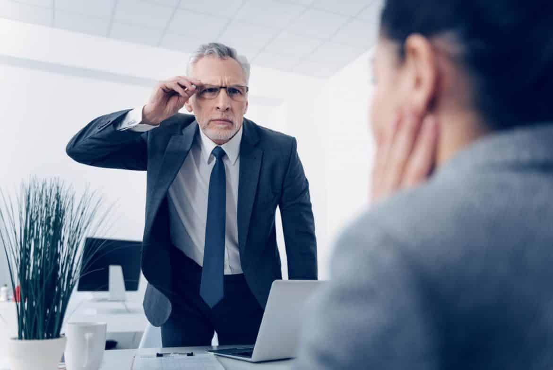 تنمر المدير ضد الموظف.. عندما يتسبب قائد العمل في تراجع أداء المرؤوسين
