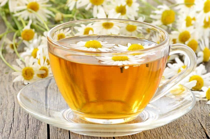 شاي وزيت البابونج.. صيدلية كاملة في المنزل