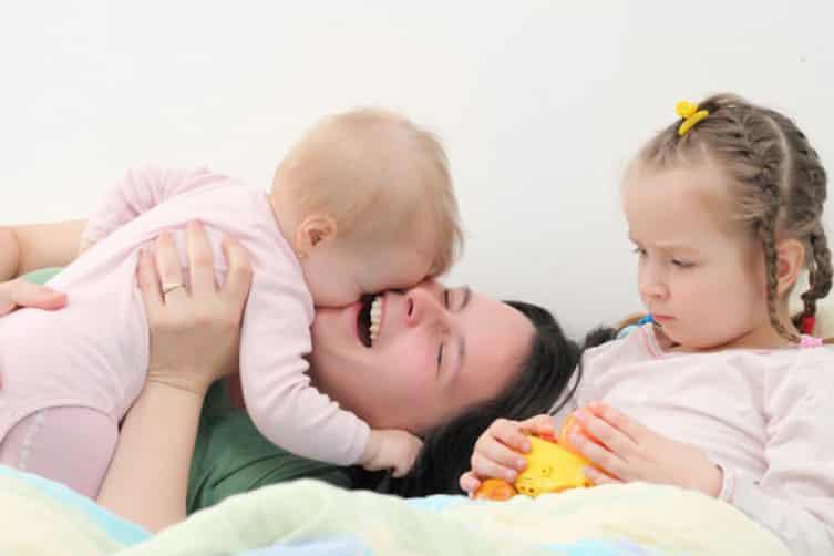 كيفية التعامل مع غيرة الطفل من المولود الجديد