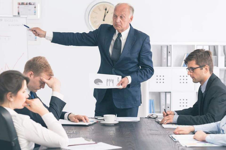 أيهما أفضل.. التعرض للانتقاد من المدير أم الزميل؟