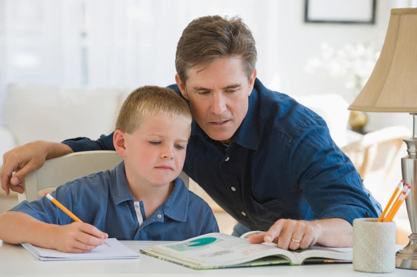 3 مساويء خطيرة لمساعدة أبناءك في الواجب المنزلي