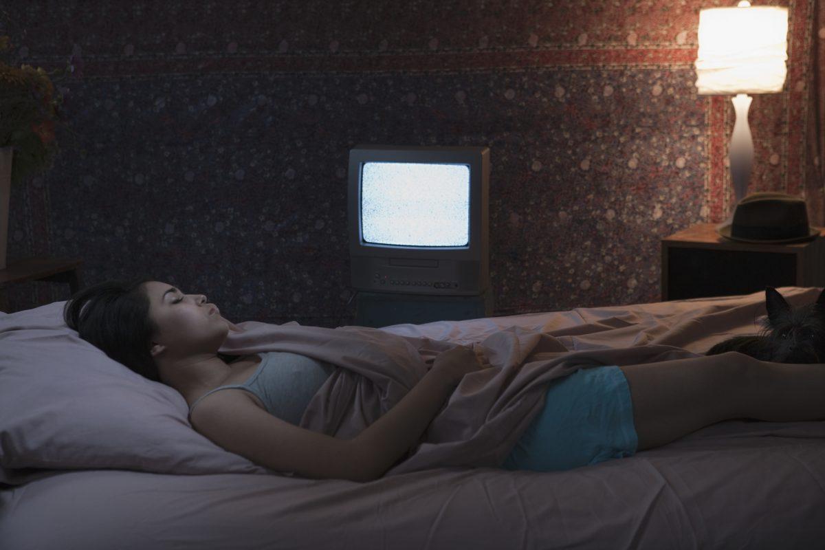 ما علاقة نوم النساء وسط الأضواء بزيادة الوزن؟