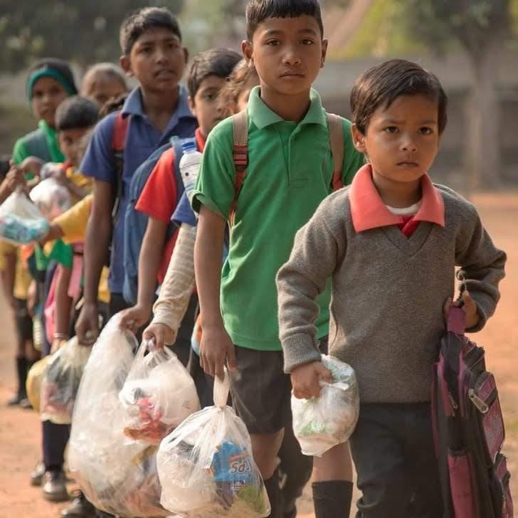 النفايات بدل المصاريف.. قصة ملهمة لمدرسة أكشار الهندية