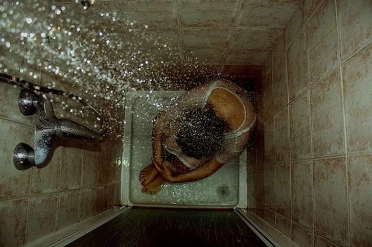 ما العلاقة بين مدة الاستحمام والشعور بالوحدة؟