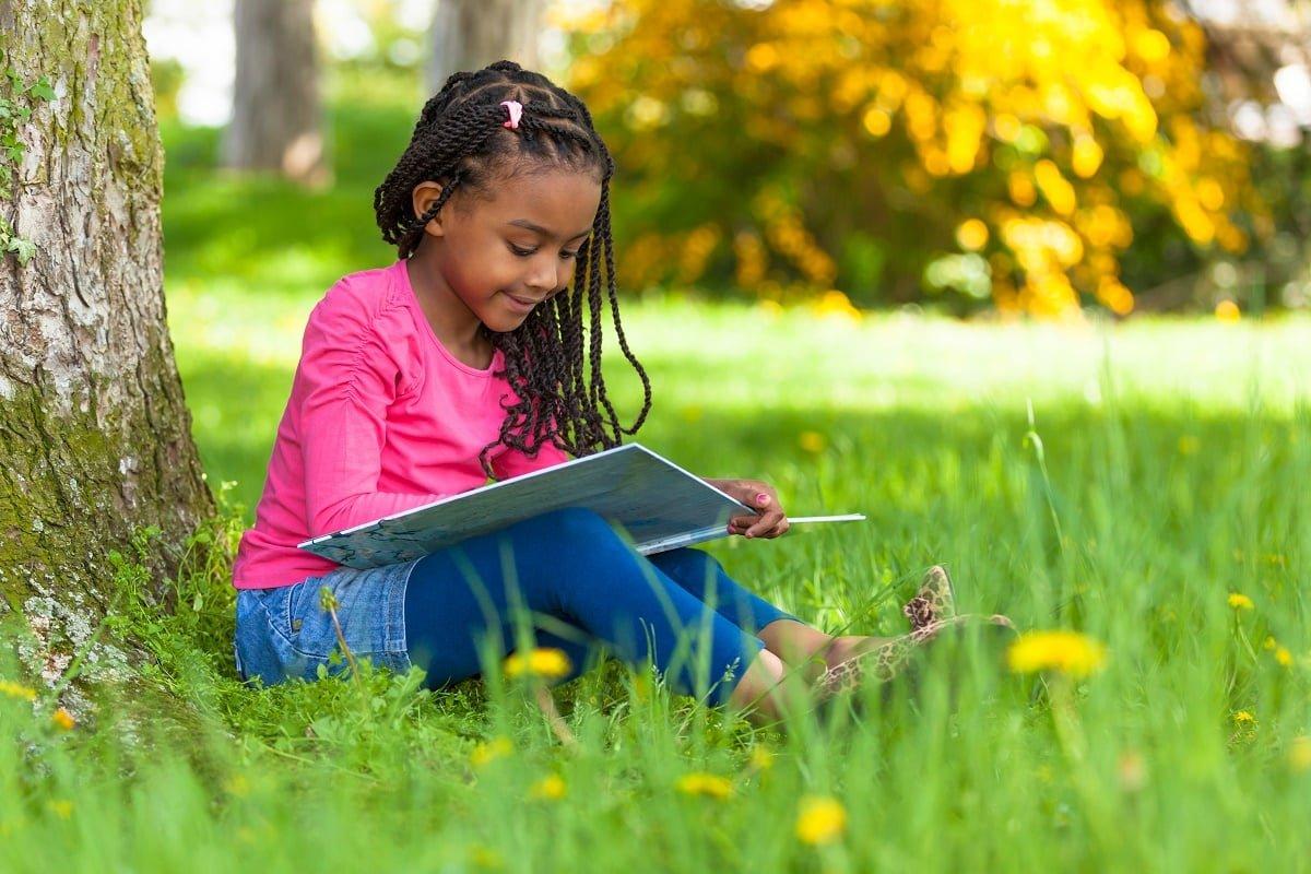 كيف يمكن تحفيز الأطفال على القراءة خلال الإجازة؟