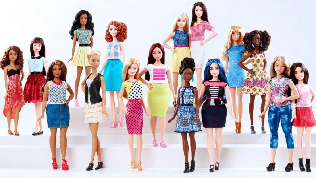 اصنع بنفسك.. شعر دمية باربي بألوان مختلفة وأزياء من الأكياس والبالون