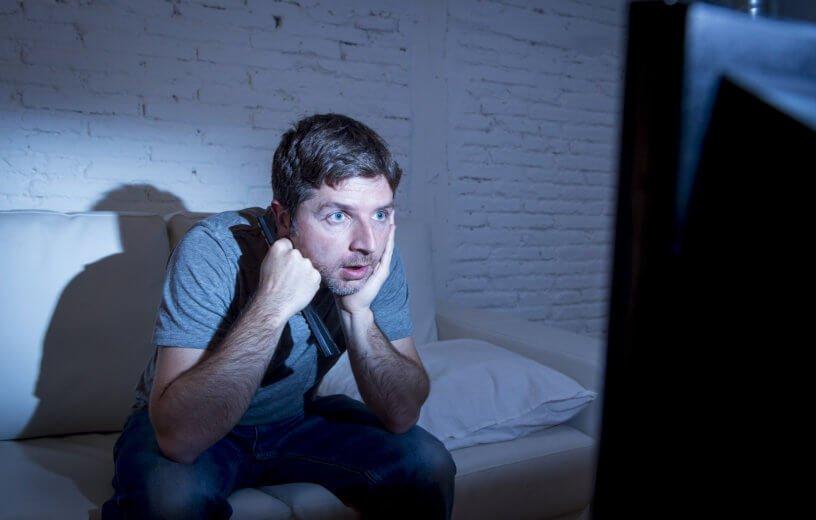 مخاطر صحية مخيفة من الجلوس أمام التلفاز