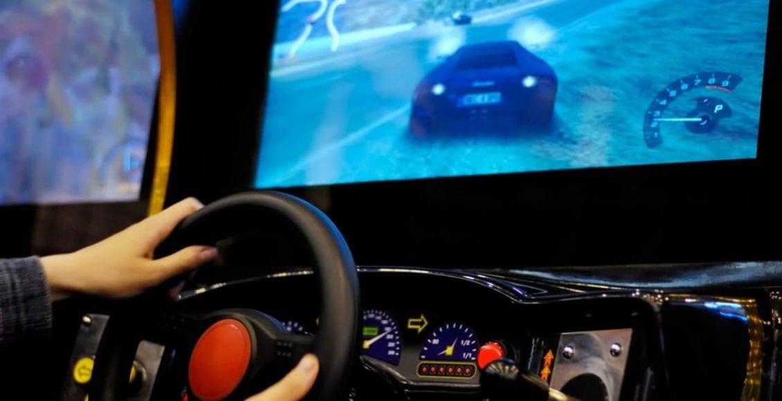 ممارسة ألعاب السباقات الإلكترونية وقيادة السيارات.. علاقة مخيفة
