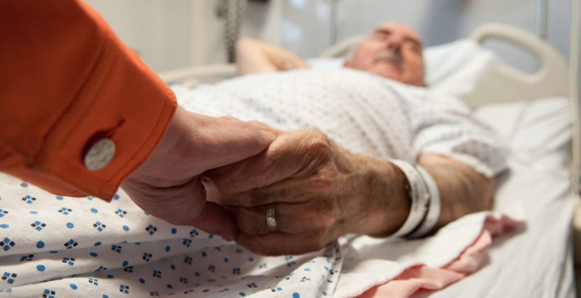 """""""لا أحد يموت وحده"""".. التطوع للبقاء إلى جوار المرضى في لحظاتهم الأخيرة"""