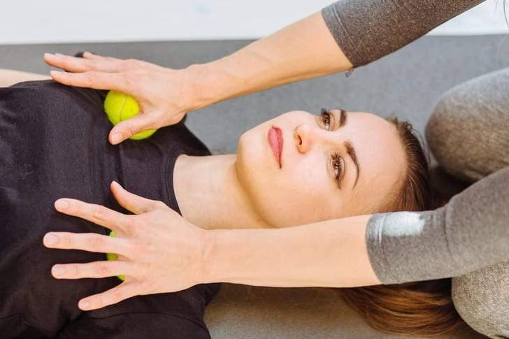 تدليك الكتف يهيئ العضلات لتمارين علاج إنحناء الكتفين