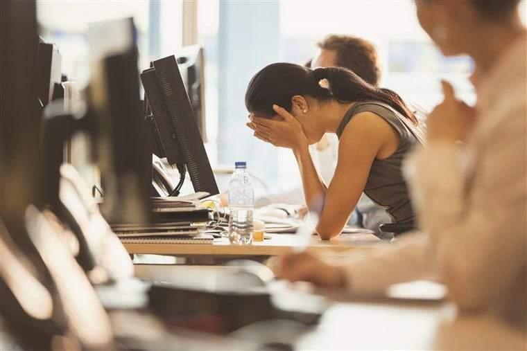 البكاء في العمل ظاهرة تجتاح العالم