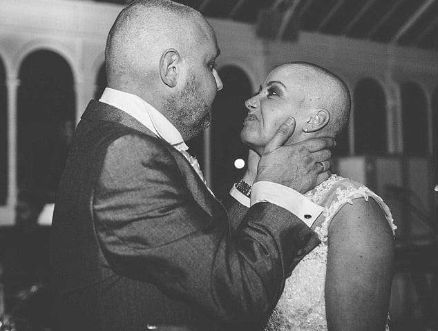 لماذا قامت عروس بحلق شعرها خلال حفل زفافها؟