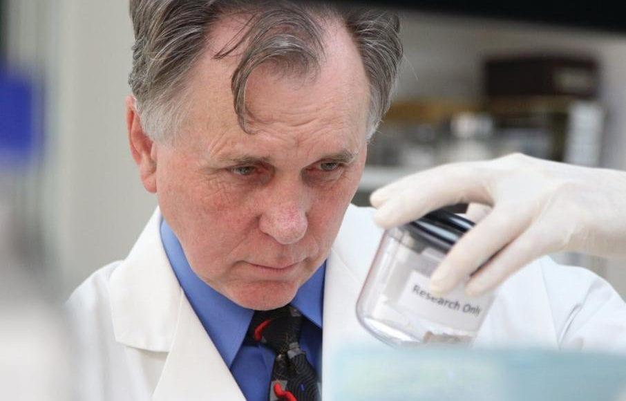باري مارشال.. الطبيب الذي كشف سر قرحة المعدة عبر تناول البكتيريا