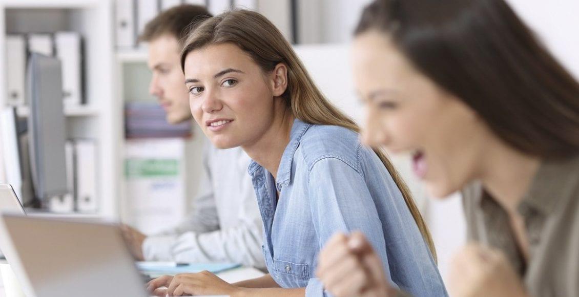 كيف يعتبر عدو النساء في العمل هن النساء؟