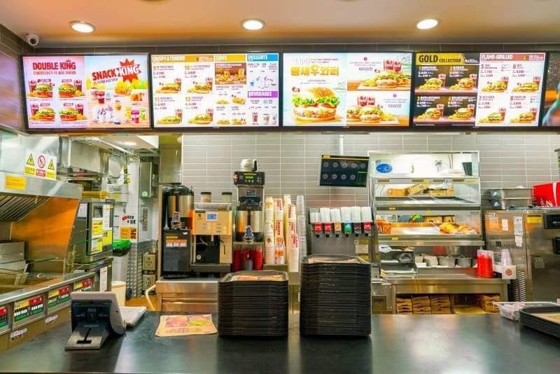 العلاقة بين الأزمات القلبية وانتشار مطاعم الوجبات السريعة