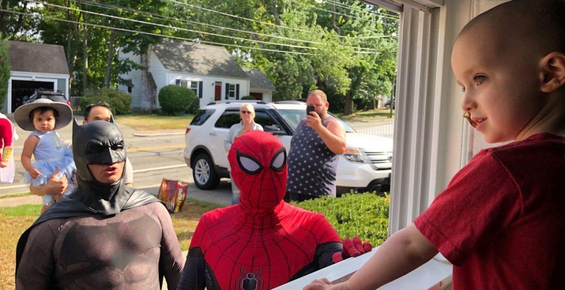 الطفل كوين.. منعه السرطان من مغادرة المنزل ليأتي سكان المدينة برد الفعل الملهم