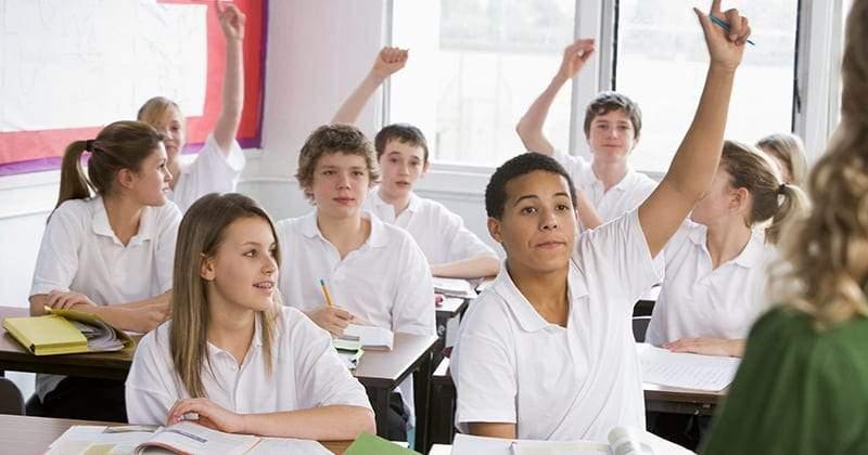 العلاقة بين تفوق الفتية الدراسي والتواجد بمدارس أغلبها من الفتيات