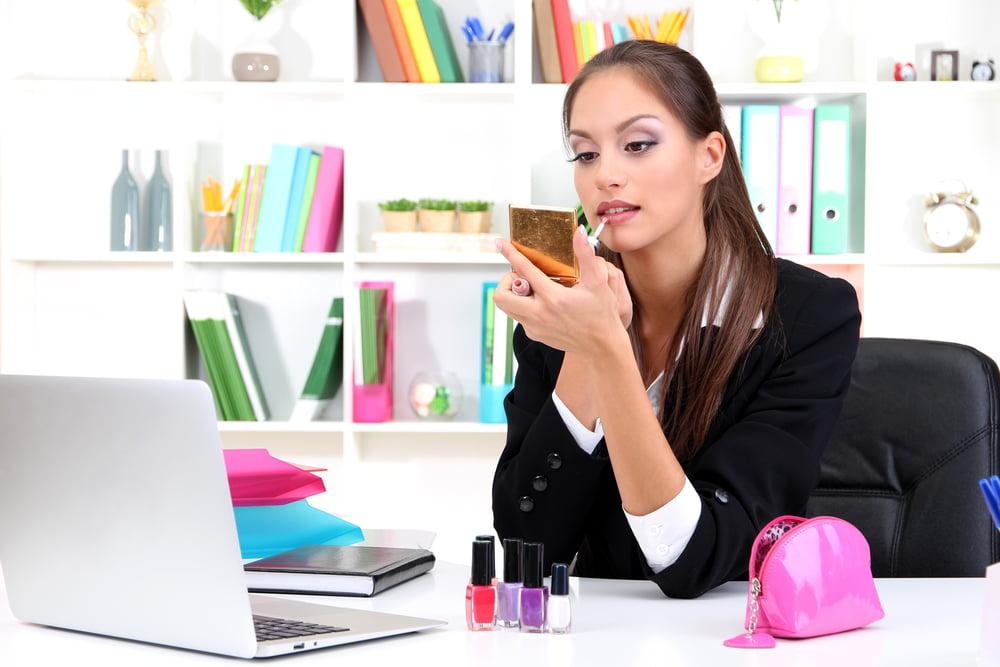 العلاقة العجيبة بين مستحضرات التجميل ونجاح النساء في العمل