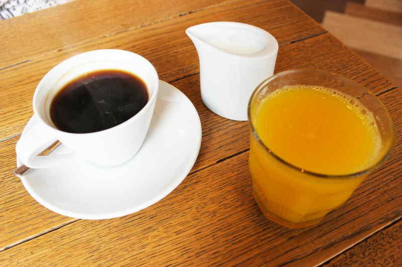 القهوة أم البرتقال.. من الأفضل للشرب في الصباح؟