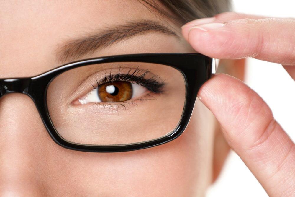 ماذا يحدث للعين عند ارتداء نظارة شخص آخر؟