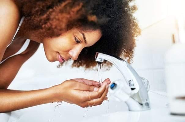 كيف يصبح غسل الوجه مضرا؟