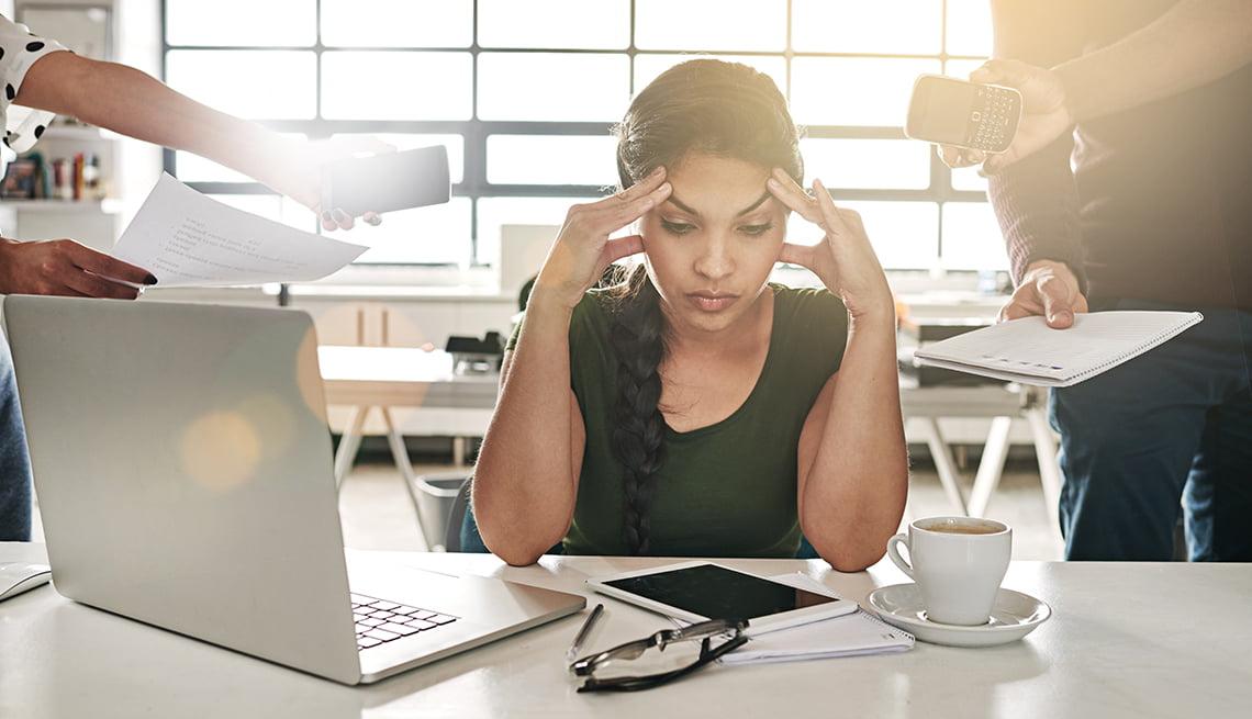 كيف تصيبك ضغوط العمل بالاكتئاب بعد الـ50؟