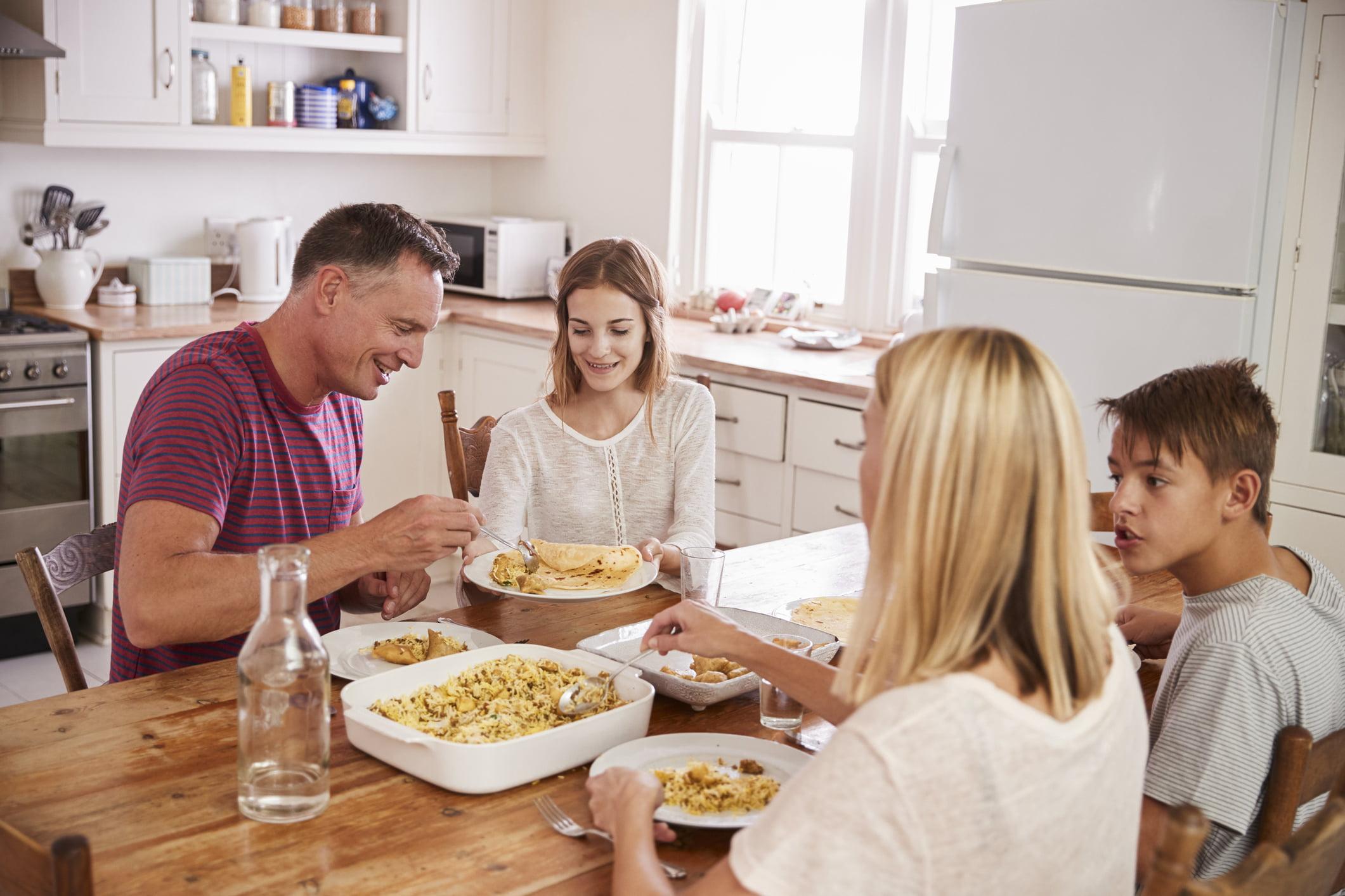 تناول الطعام مع الأسرة.. فوائد نفسية وعضوية