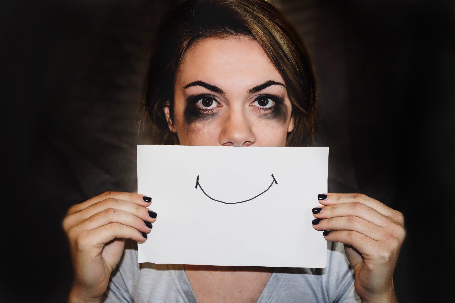 الاكتئاب المبتسم.. عندما يتخفى المرض النفسي وراء سعادة ظاهرية